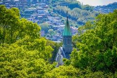 Une église entre les lignes d'arbre Image libre de droits