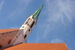 Une église médiévale et toits à Riga, Lettonie Image stock