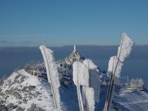 Une église sur le dessus d'une montagne pendant la saison d'hiver Photographie stock libre de droits
