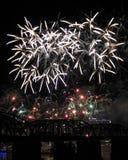 Une émeute des feux d'artifice au-dessus de l'horizon de Cincinnati Images libres de droits