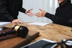 Une équipe d'avocats et de conseillers juridiques travaillant ensemble image libre de droits