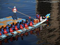 Une équipe de Dragonboat à la position de début Image libre de droits