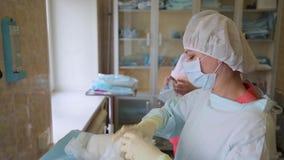 Une équipe de médecins préparent une salle d'opération pour des opérations chirurgicales 4K banque de vidéos