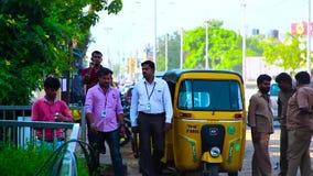 Une équipe de personnes marchant à la rue, se garant sur la station automatique banque de vidéos