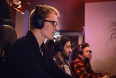 Une équipe des sportmans professionnels de cyber, trains pour le championnat, jeux dans un jeu vidéo multijoueur sur le PC dans u photographie stock
