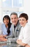 Une équipe diverse d'affaires s'asseyant dans une ligne Photos stock