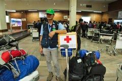 Une équipe médicale de mouche de la Thaïlande de Bangkok vers Katmandou à l'admi Photos libres de droits
