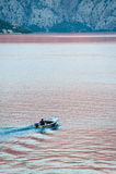 Une équitation d'homme dans le bateau dans le compartiment Photo stock
