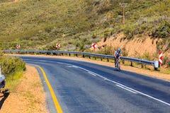 Une équitation de cycliste sur la route R46 Image libre de droits