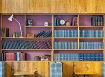 Une étagère classique avec des antiquités sur l'affichage photos stock