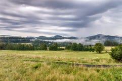 Une étendue large des champs verts avec des collines à l'arrière-plan image libre de droits