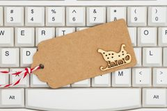 Une étiquette de cadeau sur un clavier photo stock