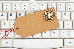 Une étiquette de cadeau sur un clavier image stock