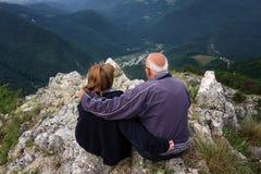 Une étreinte amicale en haut de la montagne Photographie stock libre de droits