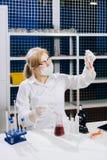 Une étudiant-science focalisée fonctionne dans un laboratoire avec un tube à essai Chemi photo stock