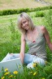 Une étudiante avec un ordinateur portatif Photographie stock