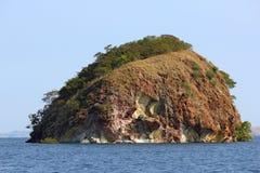 Une île rocheuse isolée en mer Photographie stock libre de droits