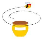 Une abeille tournant autour d'un pot de miel Photos libres de droits