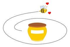 Une abeille tournant autour d'un pot de miel Images stock