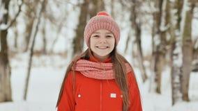 Une adolescente avec des taches de rousseur sur son visage sourit heureusement dans l'appareil-photo Un fond d'un paysage de forê image stock