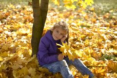 Une adolescente avec ses cheveux en bas des promenades dans le Forest Park pendant l'automne images libres de droits