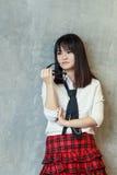 Une adolescente se penchant sur un mur Image libre de droits