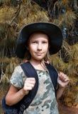 Une adolescente voyage par la forêt photographie stock libre de droits