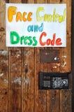 Une affiche sur une vieille porte Photo libre de droits