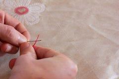 Une aiguille et un fil à disposition Image libre de droits