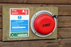 Une alarme d'incendie de terrain de camping et instructions d'évacuation Photo stock