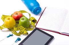 Une alimentation saine, des pommes fraîches et une bande de mesure Image stock