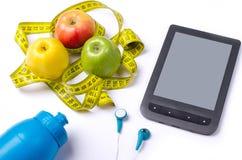 Une alimentation saine, des pommes fraîches et une bande de mesure Image libre de droits