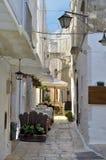 Une allée dans la vieille ville Cisternino Photo stock