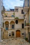 Une allée dans Polignano une jument photos libres de droits