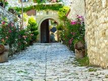 Une allée que cela mène à une vieille, traditionnelle maison de Berat photo libre de droits
