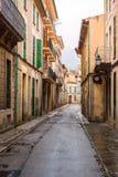 une allée typique de village dans le majorca, soller Image libre de droits