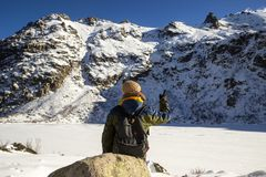 Une allocation des places de randonneur devant le lac congelé Melu, Corse photos libres de droits