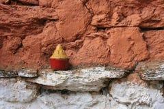 Une amulette bouddhiste a été mise sur un mur près de Paro (Bhutan) Photo stock