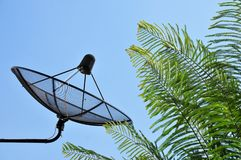 Une antenne parabolique avec le trépied en acier Photographie stock