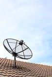 Une antenne parabolique sur le toit. Photographie stock libre de droits