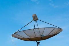 Une antenne parabolique sur le toit images stock
