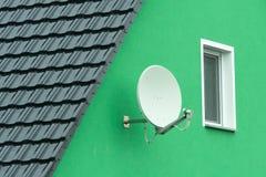 Une antenne parabolique sur un mur de maison photos libres de droits