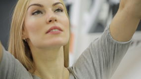 Une athlète musculaire de femme, trains sur le dos, banque de vidéos
