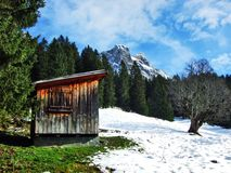 Une atmosphère en retard d'automne sur des pâturages et des fermes dans la vallée de la rivière de Seez et sur le plateau de mont photographie stock libre de droits
