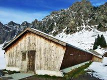 Une atmosphère en retard d'automne sur des pâturages et des fermes dans la vallée de la rivière de Seez et sur le plateau de mont photo stock