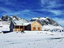 Une atmosphère en retard d'automne sur des pâturages et des fermes dans la vallée de la rivière de Seez et sur le plateau de mont photos libres de droits