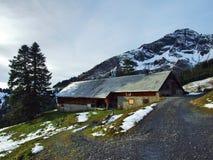 Une atmosphère en retard d'automne sur des pâturages et des fermes dans la vallée de la rivière de Seez et sur le plateau de mont images stock