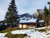 Une atmosphère en retard d'automne sur des pâturages et des fermes dans la vallée de la rivière de Seez et sur le plateau de mont photographie stock