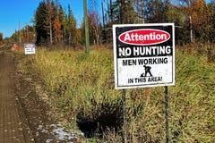 Une attention aucune chasse, hommes travaillant le signe images stock