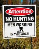 Une attention aucune chasse, hommes travaillant le signe photo libre de droits